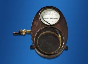 An example from the childhood days of mechanical pressure measurement: The Bourdon spring is clearly visible.